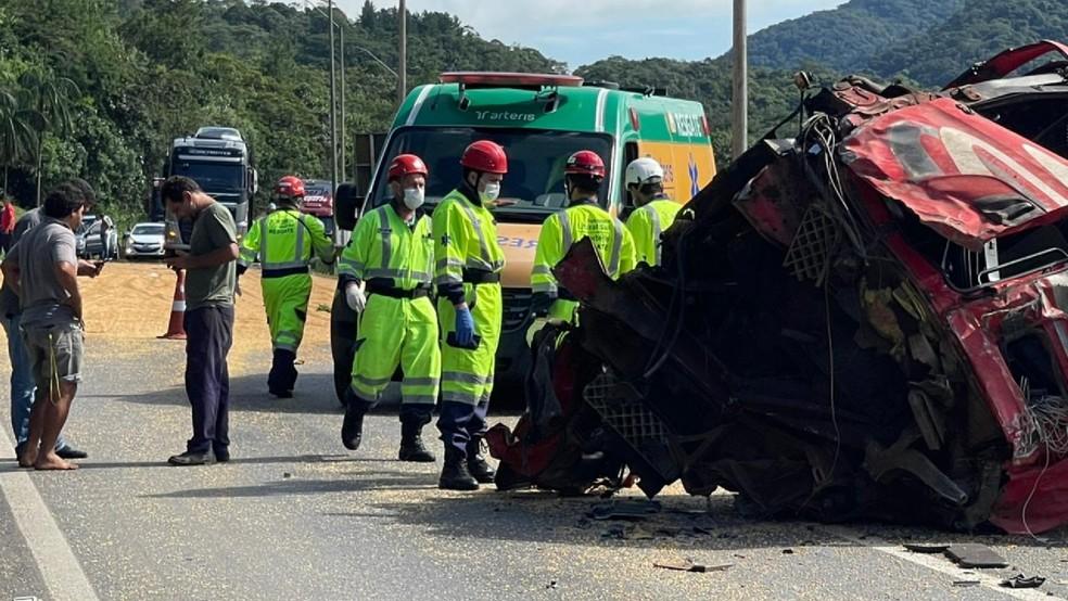 Cabine se desprendeu do veículo com o acidente. Motorista ficou ferido. — Foto: Juliano Neitzke/Colaboração