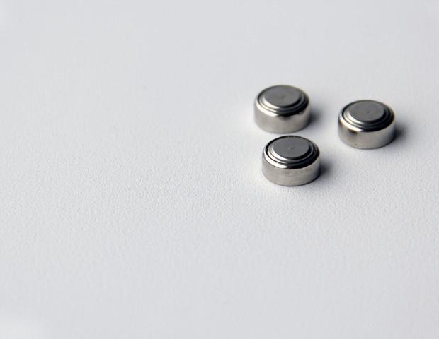 Bateria botão, por ser muito pequena, pode ser facilmente engolida por crianças (Foto: Thinkstock)