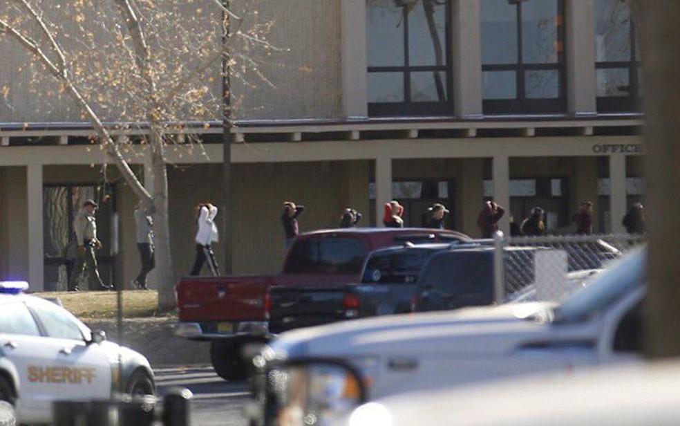 -  Alunos são conduzidos para fora da Aztec High School após um atirador disparar tiros na escola, em Aztec, no Novo México, na quinta-feira  7   Foto: