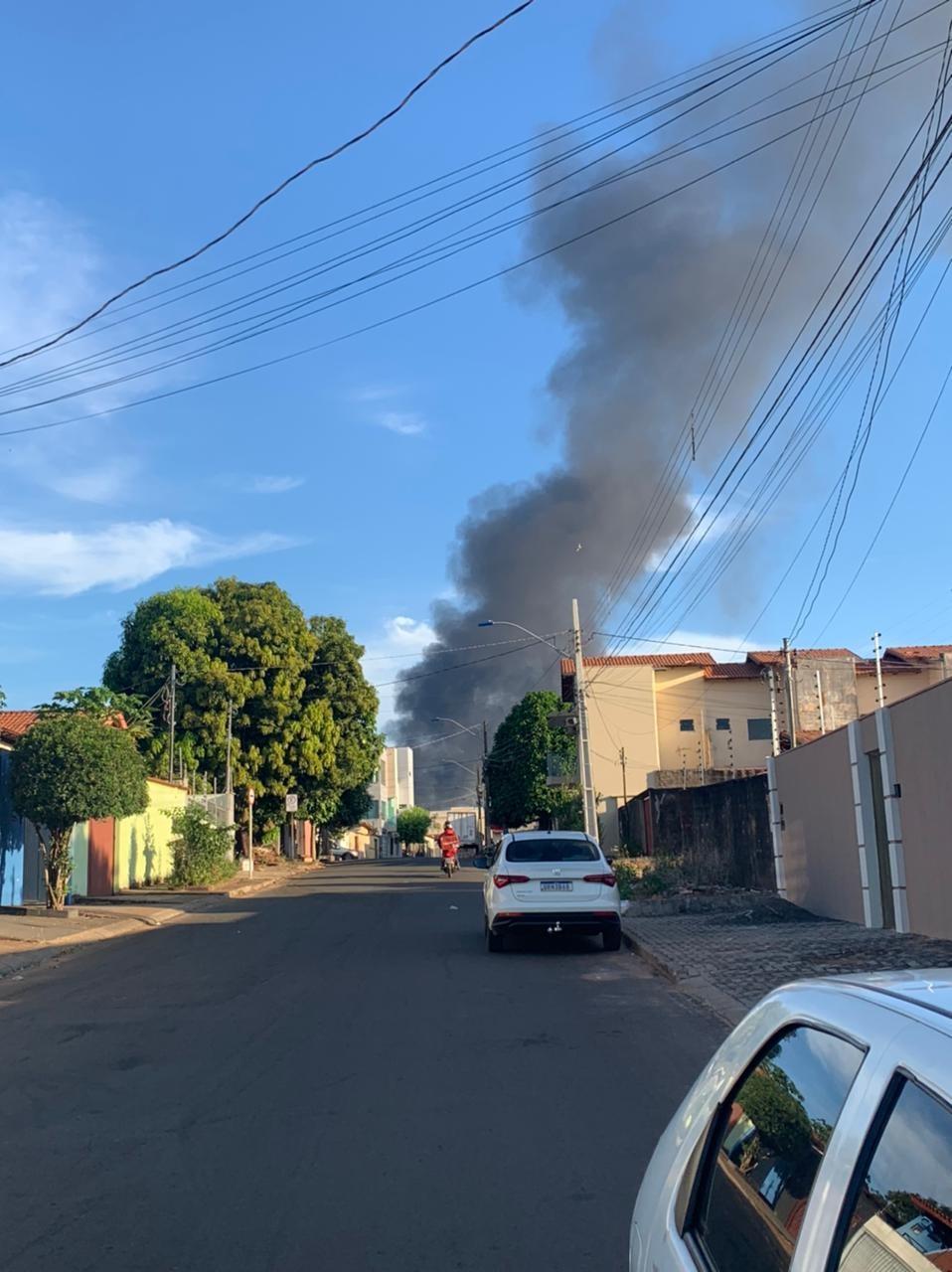 Fogo atinge depósito de canos e causa grande nuvem de fumaça preta em Araguaína