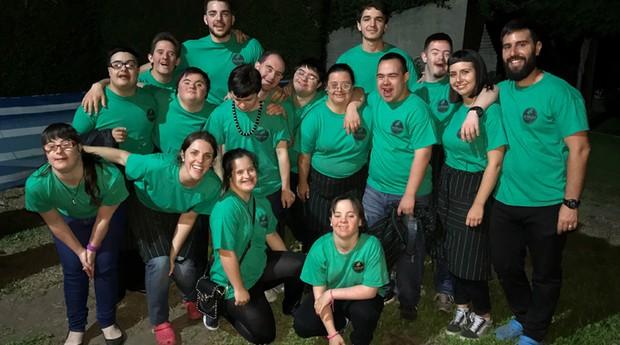 São mais de 20 jovens contratados pela Los Perejiles (Foto: Divulgação)