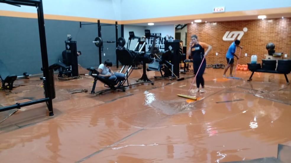 Academia de ginástica foi invadida pela água durante chuva em Governador Valadares — Foto: Redes Sociais
