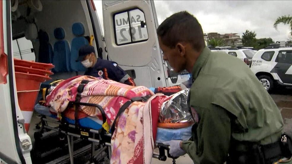 Mulher foi socorrida após deslizamento em Santa Leopoldina, no Espírito Santo — Foto: Reprodução/ TV Gazeta