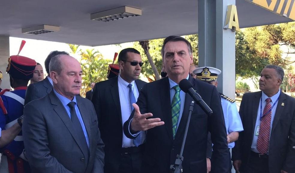 O presidente Jair Bolsonaro ao lado do ministro Fernando Azevedo e Silva após almoço no Ministério da Defesa nesta sexta-feira (21) — Foto: Guilherme Mazui/G1
