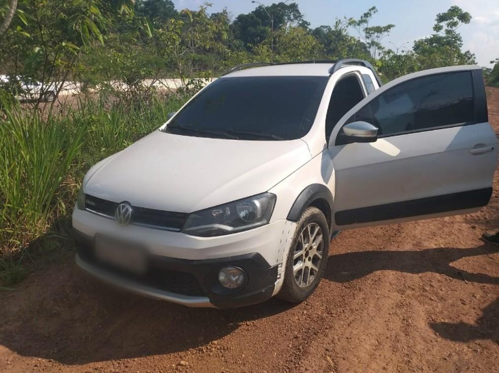 Homem foi encontrado morto dentro de carro em Porto Velho nesta segunda-feira (4).  — Foto: Jheniffer Núbia/G1