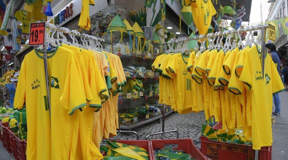 No Saara, comércio popular no centro do Rio, decorado com bandeiras do Brasil, para onde se olha, as lojas exibem as cores verde e amarelo da camisa da seleção (Foto: Agência Brasil/Fernando Frazão)