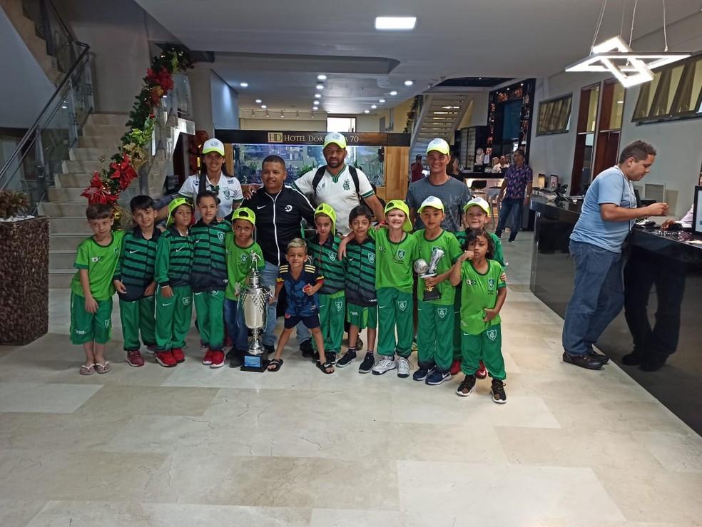 Equipe do América Neves posa para foto com taça conquistada no torneio internacional disputado em Medellín, na Colômbia — Foto: Valéria Leite/Arquivo Pessoal
