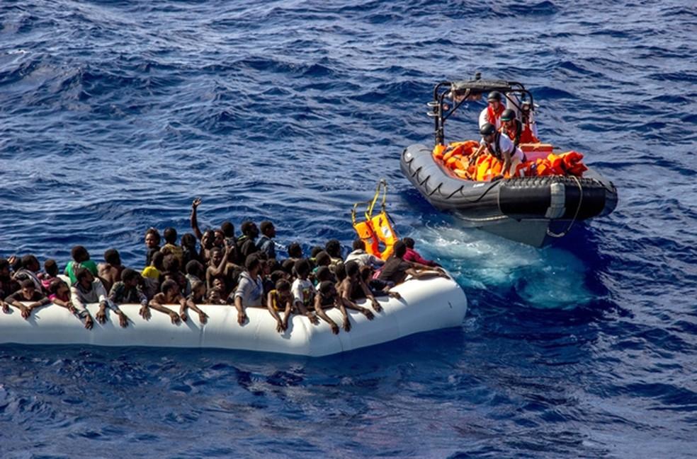 Imagem mostra resgate do grupo Médicos Sem Fronteiras (MSF) no Mediterrâneo em 2016 (Foto: Borja Ruiz Rodriguez/MSF/AP)