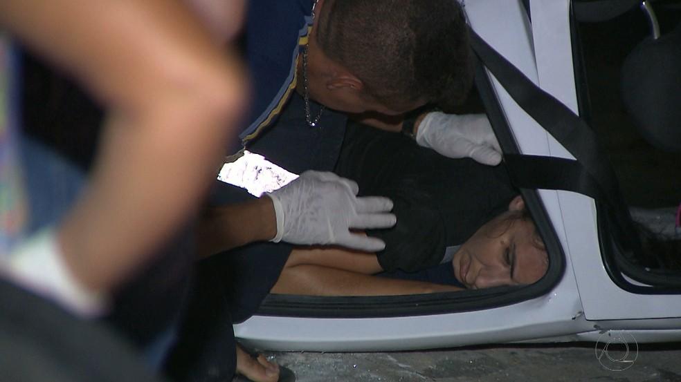 Uma das vítimas ficou presa às ferragens e precisou ser resgatada pelos bombeiros (Foto: Reprodução/TV Cabo Branco)