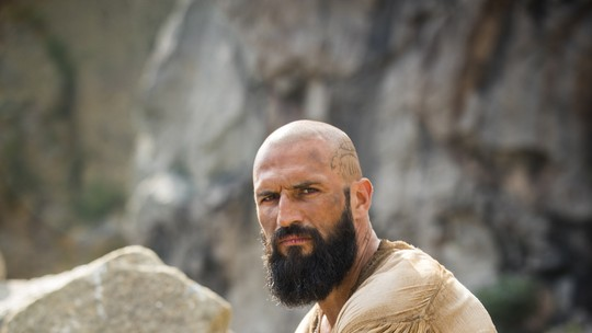 Confira o novo visual de José Fidalgo para o retorno de Constantino em 'Deus Salve o Rei'