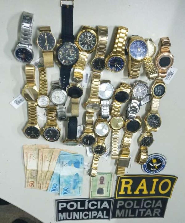 Relógios e dinheiro levados da ótica foram recuperados  — Foto: SSPDS