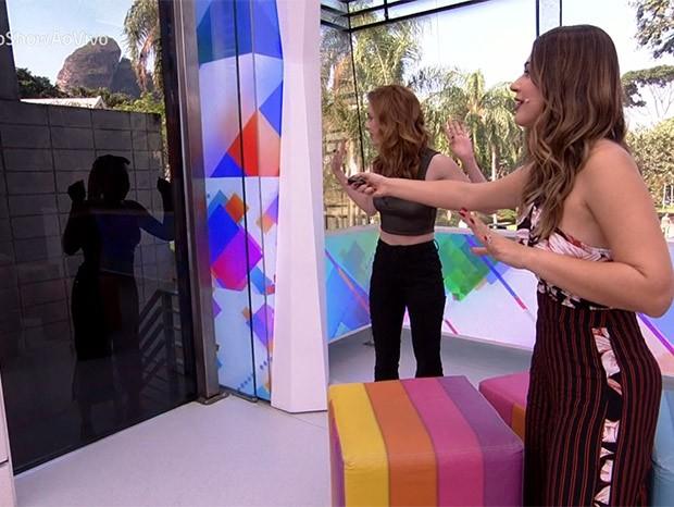 Vivian Amorim tenta abrir a porta do Vídeo Show (Foto: Reprodução/TV Globo)