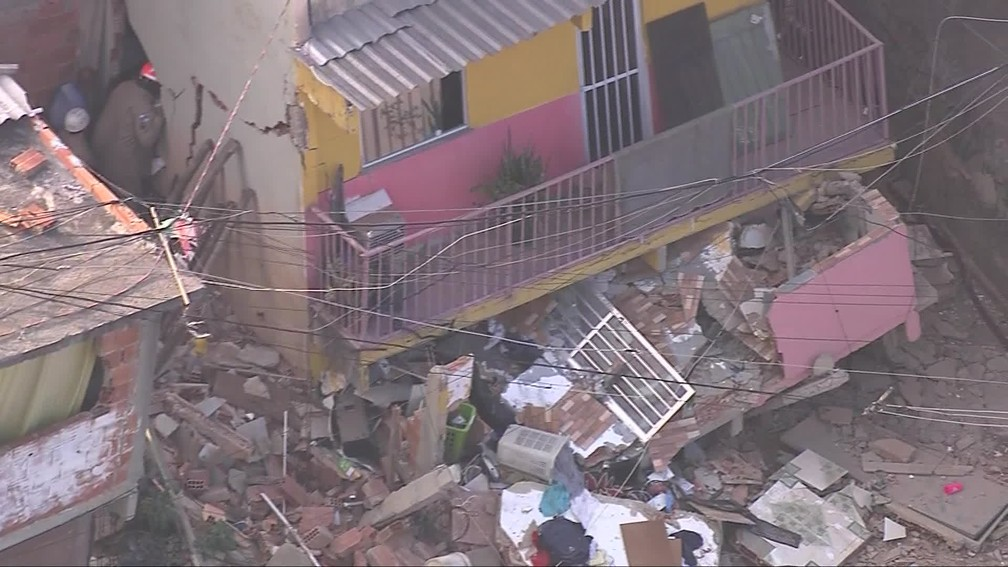 Bombeiros trabalham nos escombros de imóvel que desabou em Curicica, na Zona Oeste do Rio — Foto: Reprodução/ TV Globo
