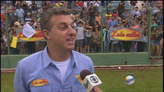 Luciano Huck grava 'Lata Velha' em estádio de Sertãozinho, SP
