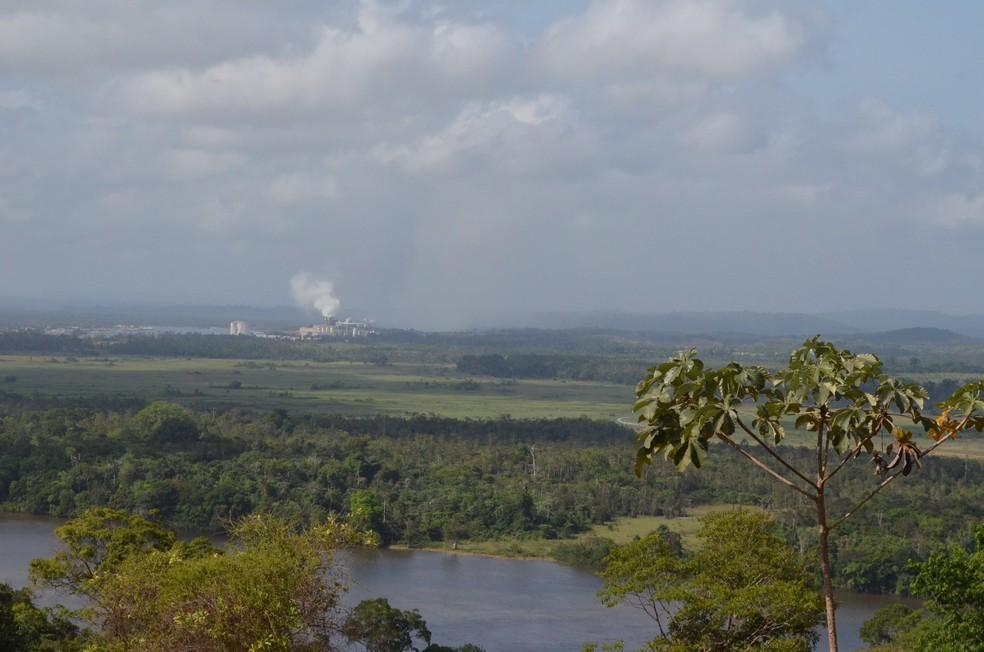 Fumaça exalada pela fábrica é visível a quilômetros de distância da cidade (Foto: John Pacheco/G1)