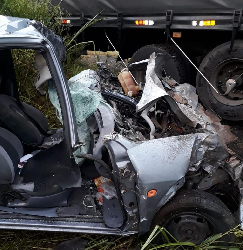 Colisão frontal entre carro e caminhão causa morte de mulher em Americana — Foto: Corpo de Bombeiros