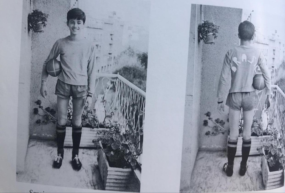 Sergio com a bola de futebol e a camisa do Brasil: o diplomata tinha coleção de camisas com referência ao país, que usava em horas de lazer — Foto: Arquivo pessoal