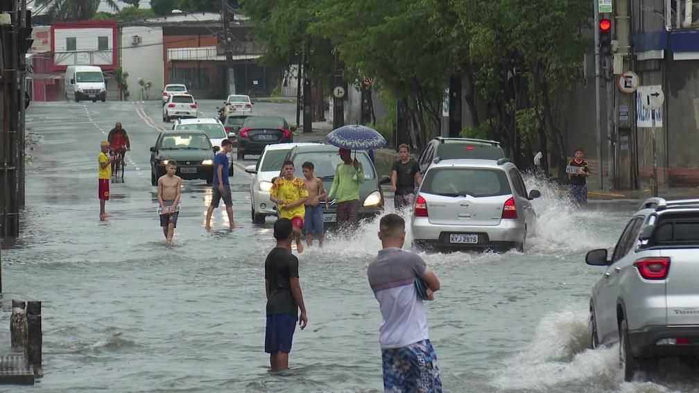 Avenida Dr. José Rufino, no Recife, ficou alagada neste domingo (16) — Foto: Reprodução/TV Globo
