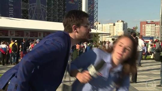 """Lamentável! Torcedor tenta beijar repórter da Globo na Rússia: """"Triste que isso ainda aconteça"""""""