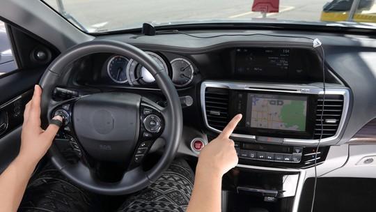Sistemas multimídia distraem demais os motoristas, mostra estudo