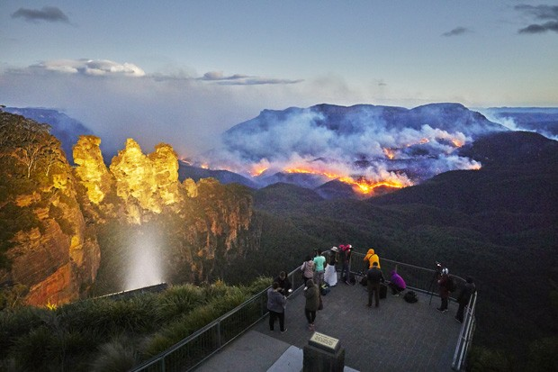 Tourists watch the bush-fire from the safety of the Echo Point Lookout. The World Heritage listed Blue Mountains National Park is one of Australia's most popular tourist destinations. It includes the famous Three Sisters rock formation (Foto: Getty Images)