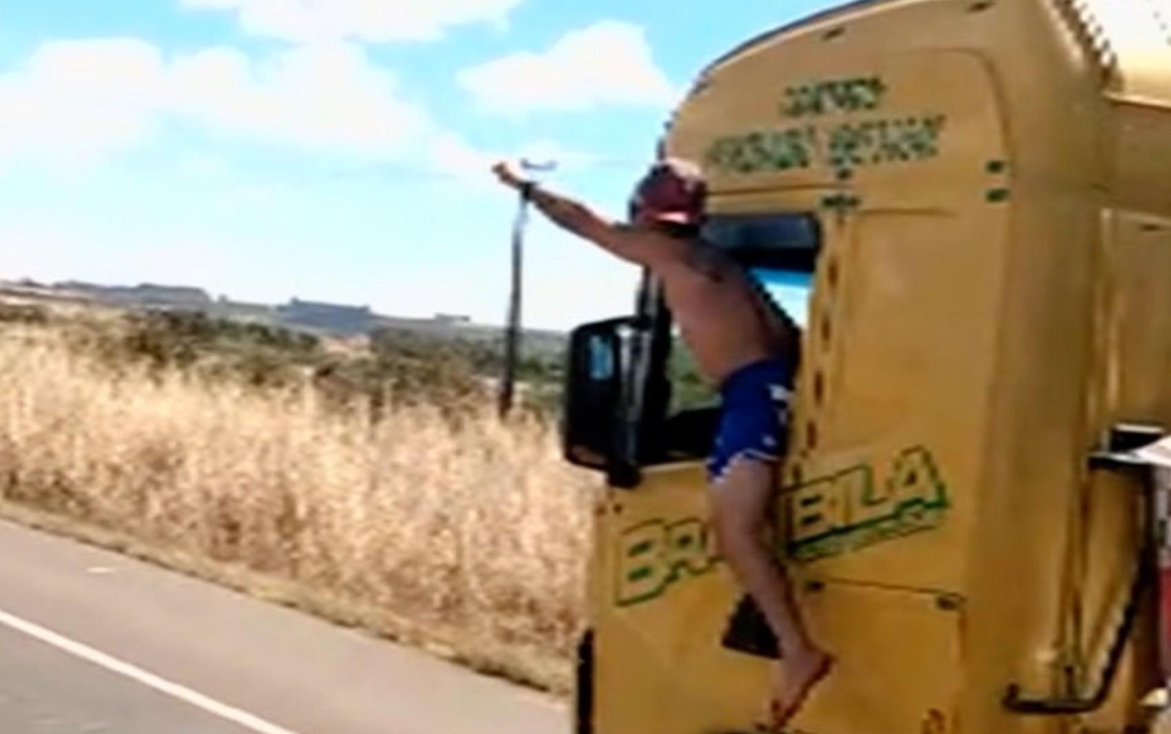 Motorista é flagrado dirigindo caminhão com metade do corpo para fora da cabine, na BR-060; vídeo
