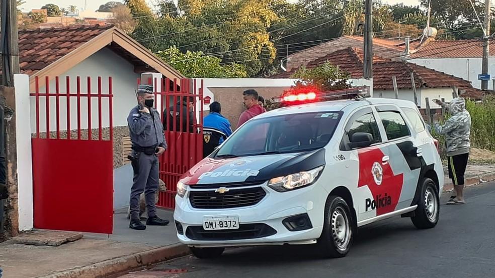 Vizinhos chamaram os bombeiros e a PM também foi acionada após o incêndio em Bauru  — Foto: Marco Previdello/ TV TEM