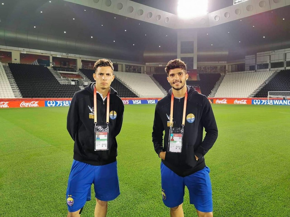 Volante Marcos Paulo e o zagueiro Pedro Vilela disputaram o Mundial de Clubes no Catar pelo Hienghène Sports — Foto: Arquivo Pessoal
