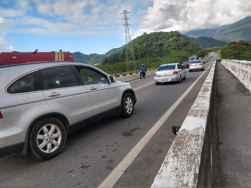 Acidente aconteceu na ponte sobre o Rio Itapanhaú, em Bertioga, SP — Foto: Aconteceu em Bertioga/Divulgação