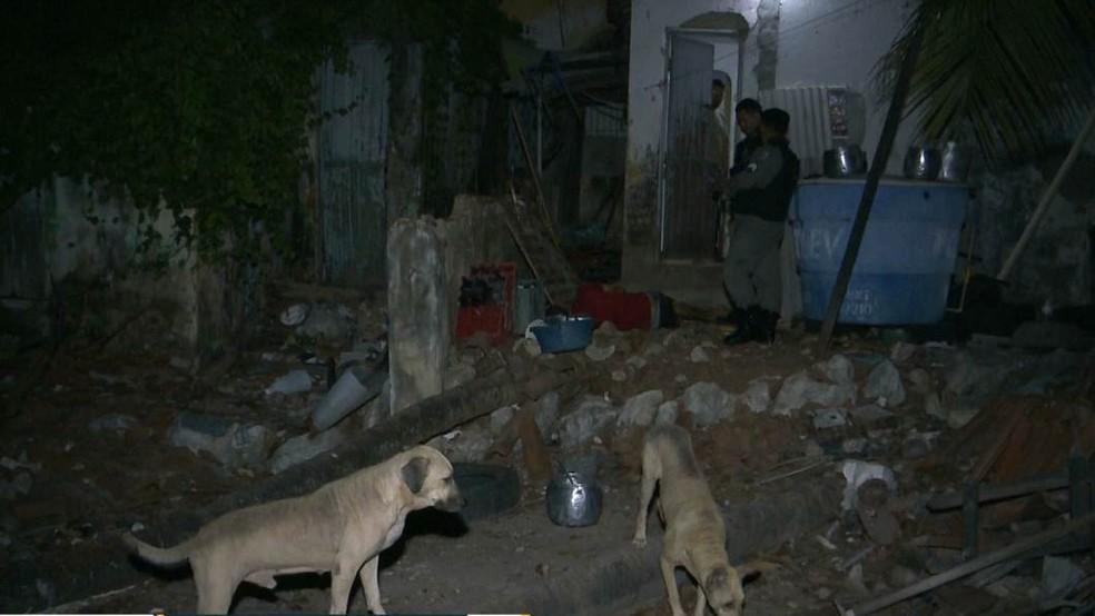 Cachorros impediram que homem entrasse na casa, em João Pessoa — Foto: Reprodução/TV Cabo Branco