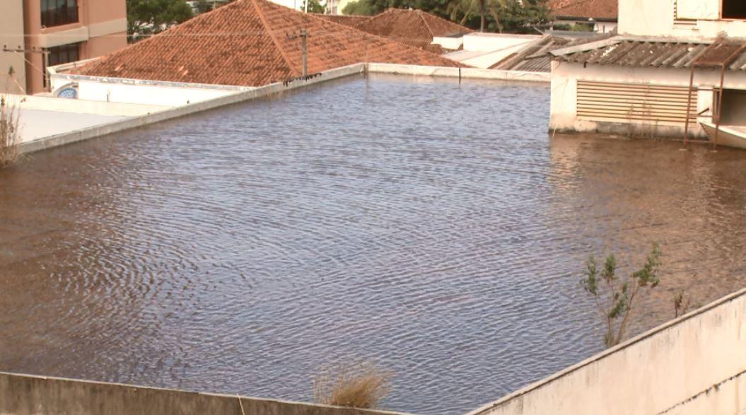 Água parada em cobertura de prédio desativado preocupa moradores de São Carlos - Noticias