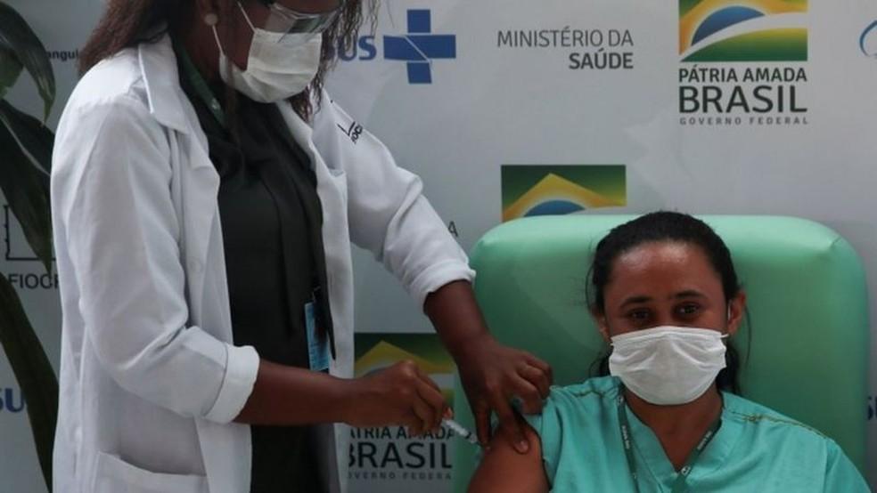 A melhora da pandemia está diretamente relacionada com o avanço da vacinação, defende Fauci — Foto: Reuters via BBC