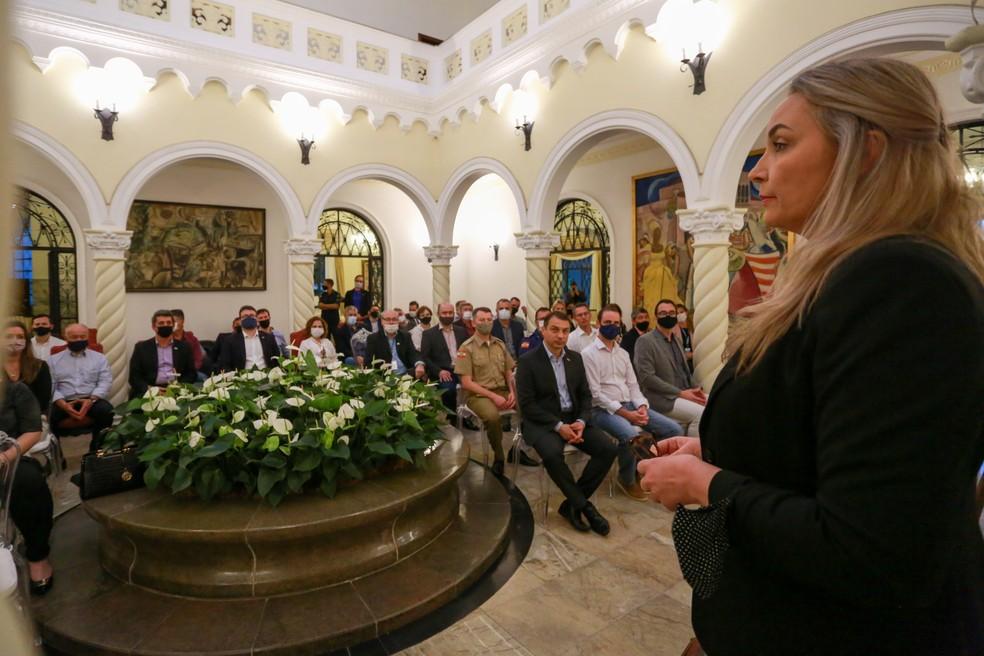 Vice-governadora de SC, Daniela Reinehr, fala ao primeiro escalão do governo catarinense em reunião na segunda-feira (26) — Foto: Julio Cavalheiro/Secom/Divulgação