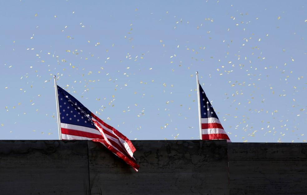 Bandeiras americanas em um muro privado na fronteira entre Estados Unidos e México em Ciudad Juárez. — Foto: Jose Luis Gonzalez/Reuters
