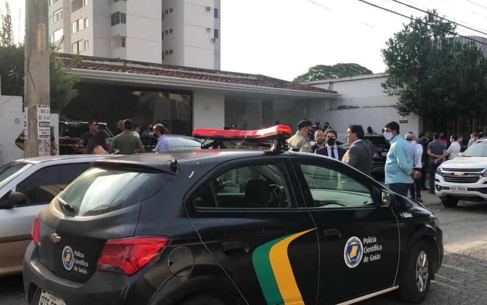 Polícia isola escritório em que dois advogados foram mortos a tiros, em Goiânia — Foto: Reprodução TV Anhanguera