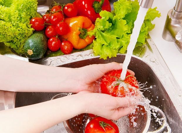 Vinagre, bicarbonato de sódio, somente água e mais outros métodos são indicados para higienizar frutas e legumes. Mas qual o mais indicado? (Foto: Modern Farmer/ Reprodução)