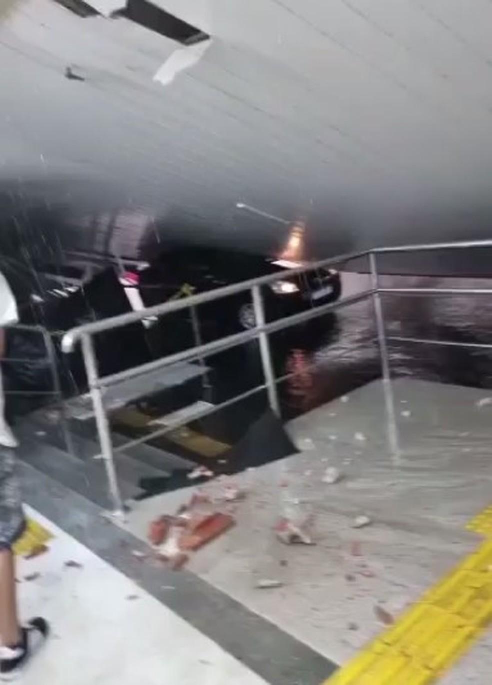 Parte da estrutura de um supermercado cedeu e alguns carros foram danificados — Foto: Reprodução