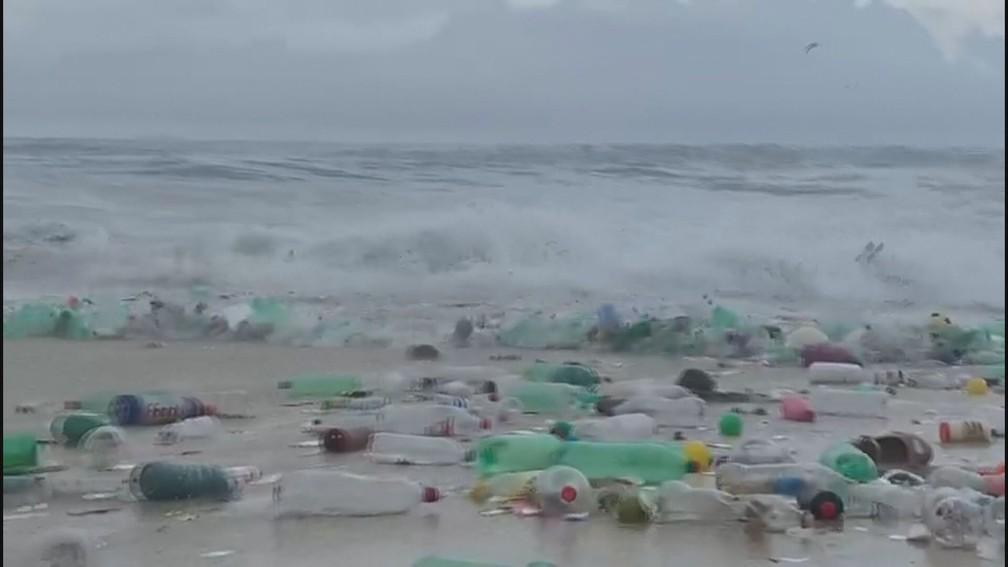 Várias garrafas plásticas aparecem no mar de São Conrado — Foto: Reprodução/TV Globo