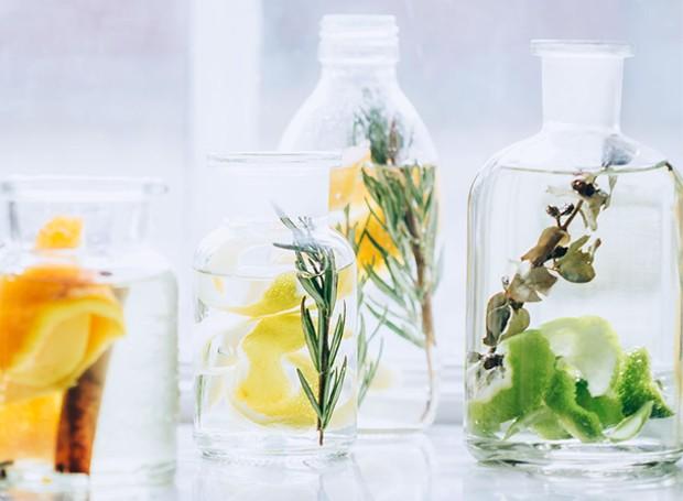 O vinagre é um poderoso produto de limpeza devido a sua acidez (Foto: Hello Nest/ Reprodução)