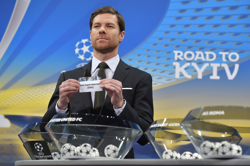 Xabi Alonso sorteia o PSG como adversário do Real Madrid na Champions (Foto: Fabrice Coffrini/AFP)
