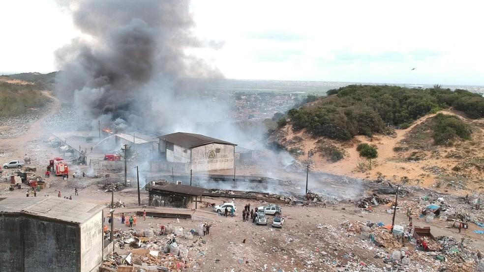 Incêndio atingiu galpão de materiais recicláveis  — Foto: Rafael Fernandes/Inter TV Cabugi