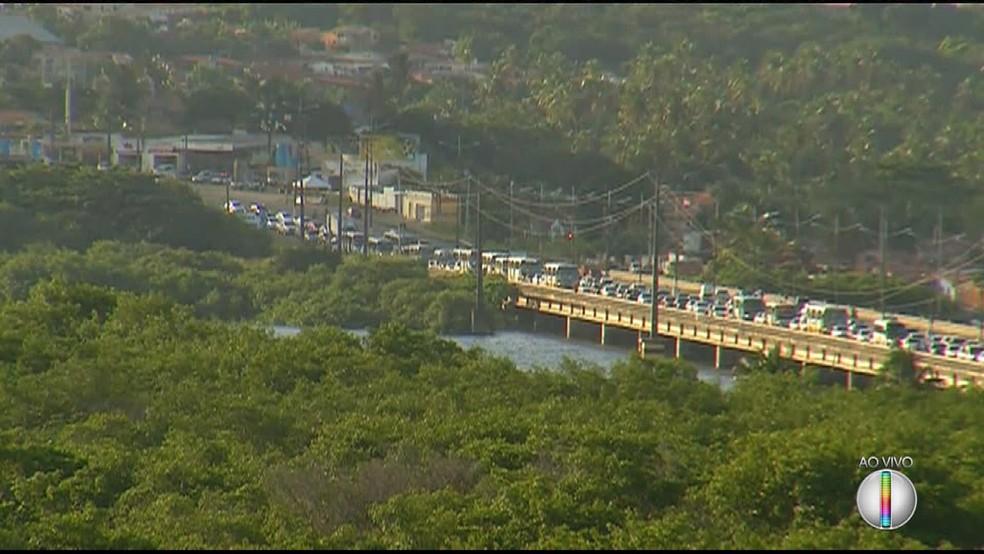 Protesto contra a alta de combustíveis deixou lento o trânsito na Ponte de Igapó, em Natal (Foto: Reprodução/Inter TV Cabugi)