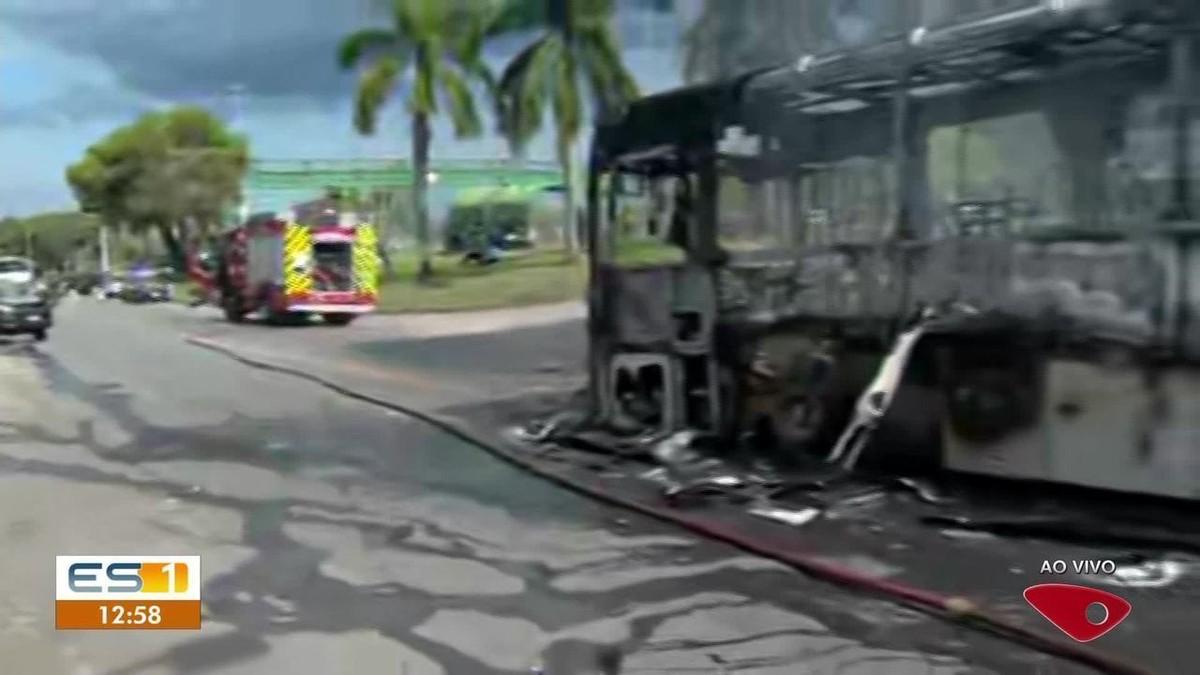 Ônibus é incendiado por criminosos na Serra, ES