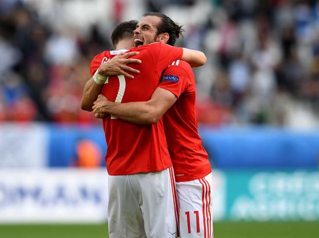 Gareth Bale e Chris Gunter se abraçam depois do gol da seleção de Gales na Eurocopa (Foto: Getty Images)