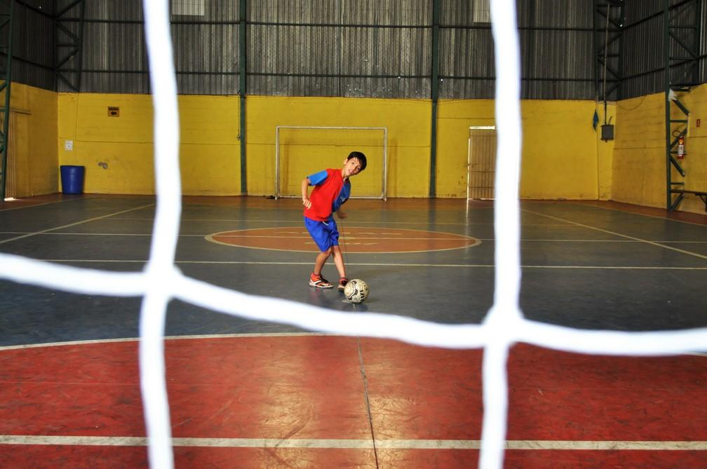 Menino com paralisia cerebral é destaque em time de futebol em Poços de Caldas (MG) — Foto: Camilla Resende/ GE