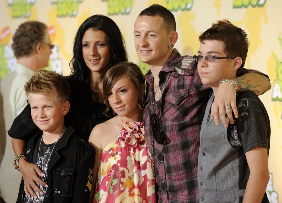Chester Bennington e sua família chegam ao 22º Annual Kids 'Choice Awards, em março de 2009 (Foto: Chris Pizzello/AP/Arquivo)
