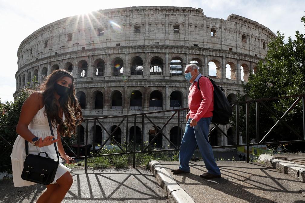 Pessoas vestem máscara em frente ao Coliseu de Roma, em 13 de outubro. País reforçou medidas de restrição para a Covid-19 — Foto: Guglielmo Mangiapane/Reuters