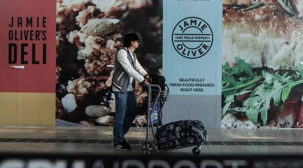 Comida. No aeroporto de Guarulhos, indicações de abertura em breve de lojas da SSP (Foto: Estadão Conteúdo)
