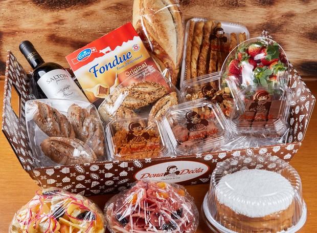 A padaria Dona Deôla criou duas cestas para dar de presente nesta data tão amorosa, com pães e grissinis (Foto: Divulgação)