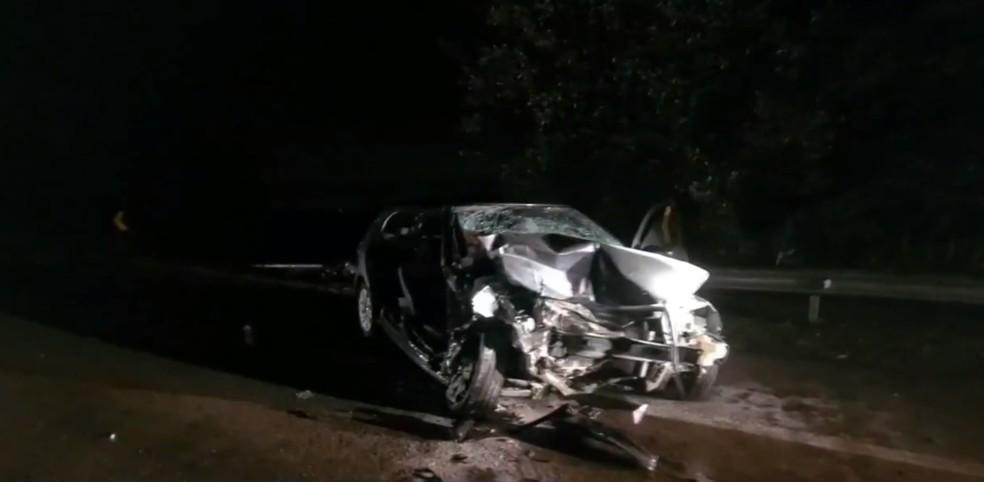 Carro ficou destruído após bater de frente com veículo em rodovia de Rafard — Foto: Reprodução/EPTV